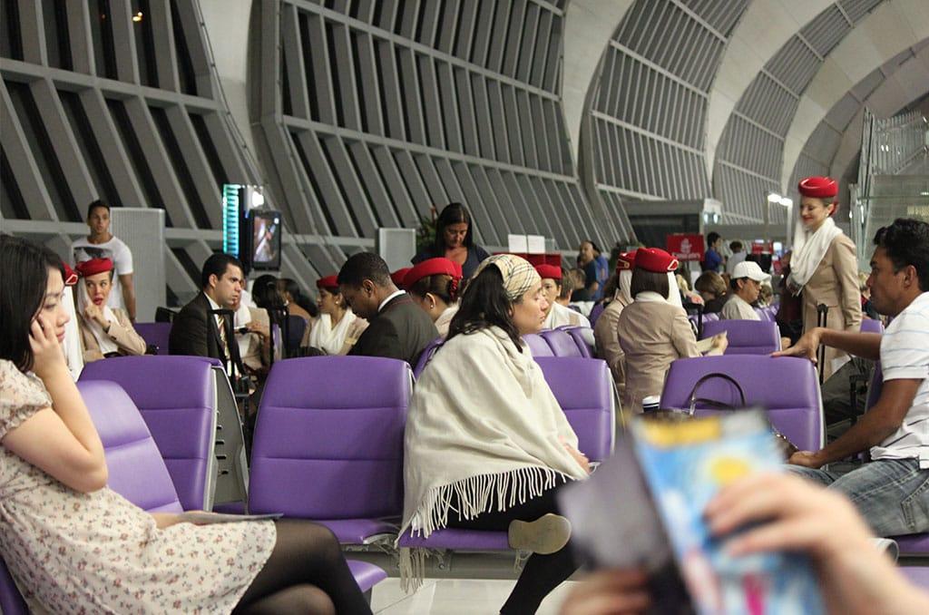 Vliegen met Emirates - Personeel van Emirates op de luchthaven van Dubai