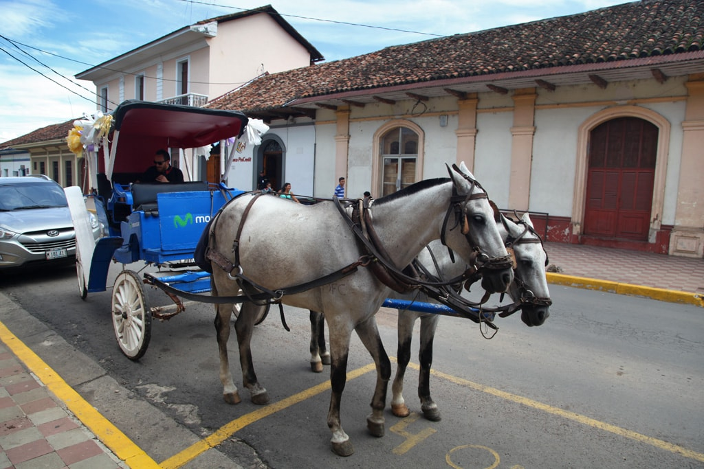 Met paard en wagen door de straten van Granada in Nicaragua