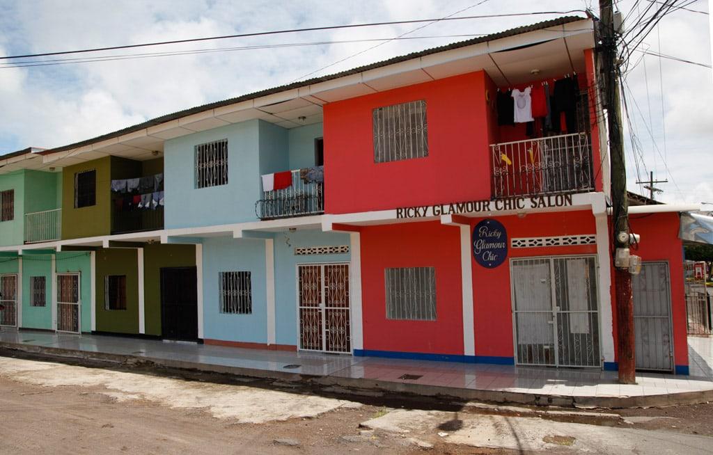 Wijk vol kleurrijke huizen in Granada (Nicaragua)