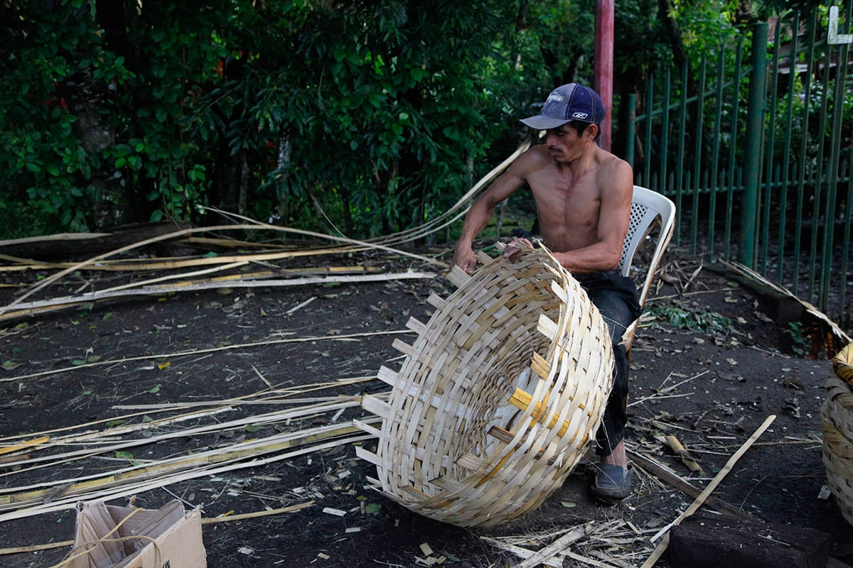 Een inwoner van Catarina is druk bezig met het maken van een rieten mand