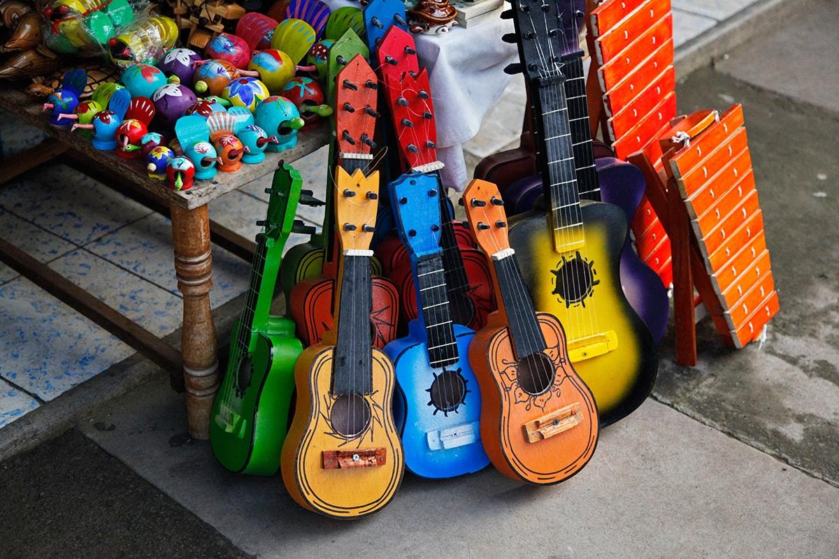 Handgemaakte houten speelgoedgitaren in Catarina, Nicaragua