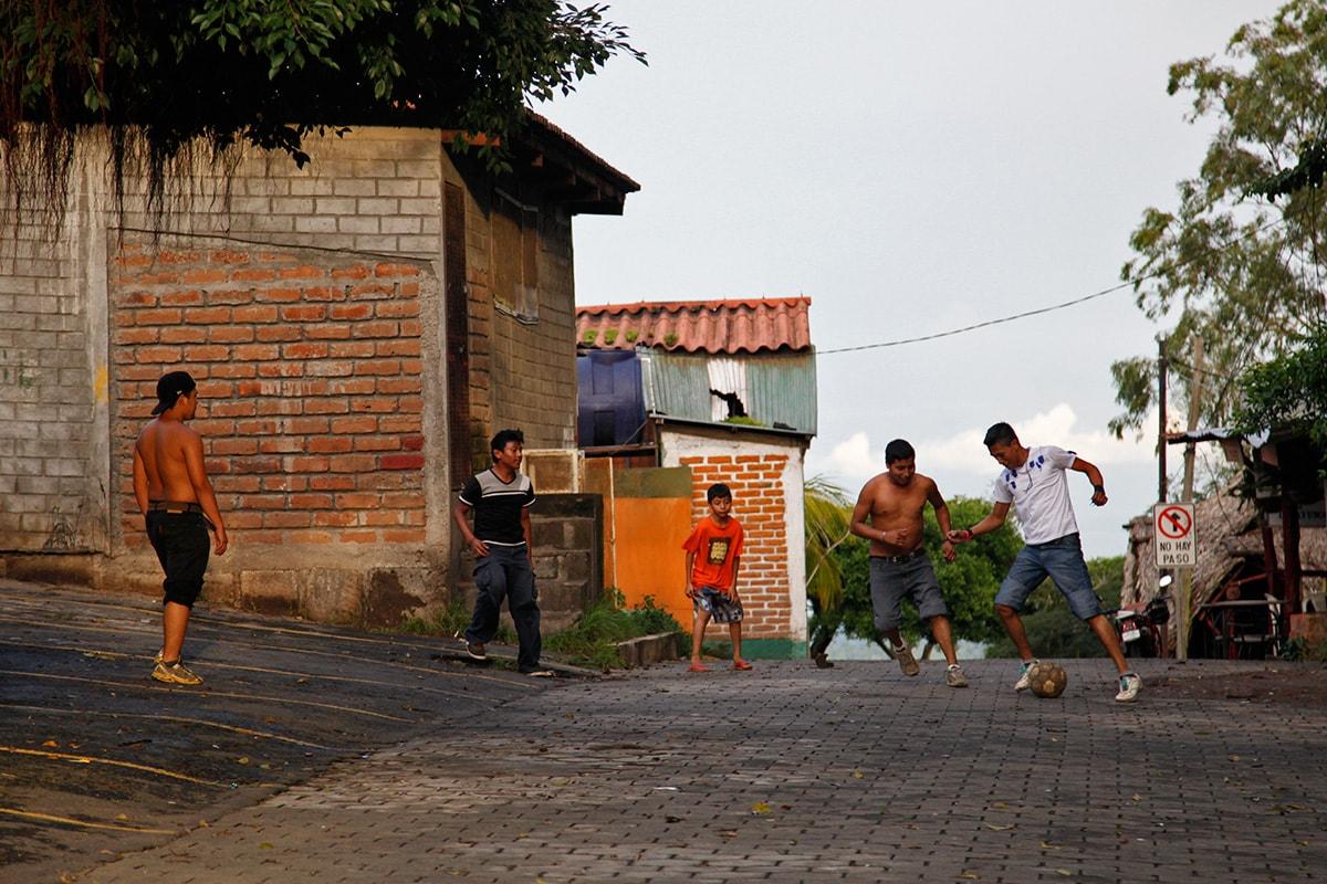 Jongens spelen voetbal bij ondergaande zon in het dorpje Catalina in Nicaragua.