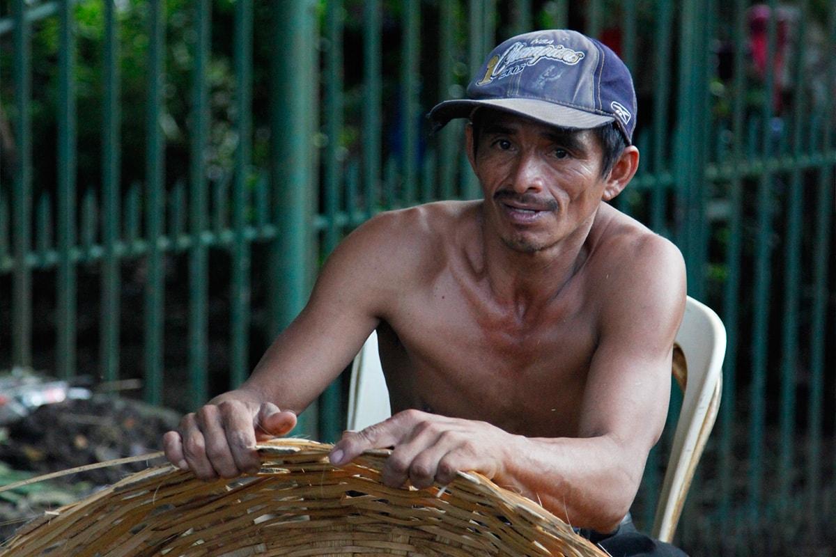 Man maakt rieten mand in Catarina, Nicaragua