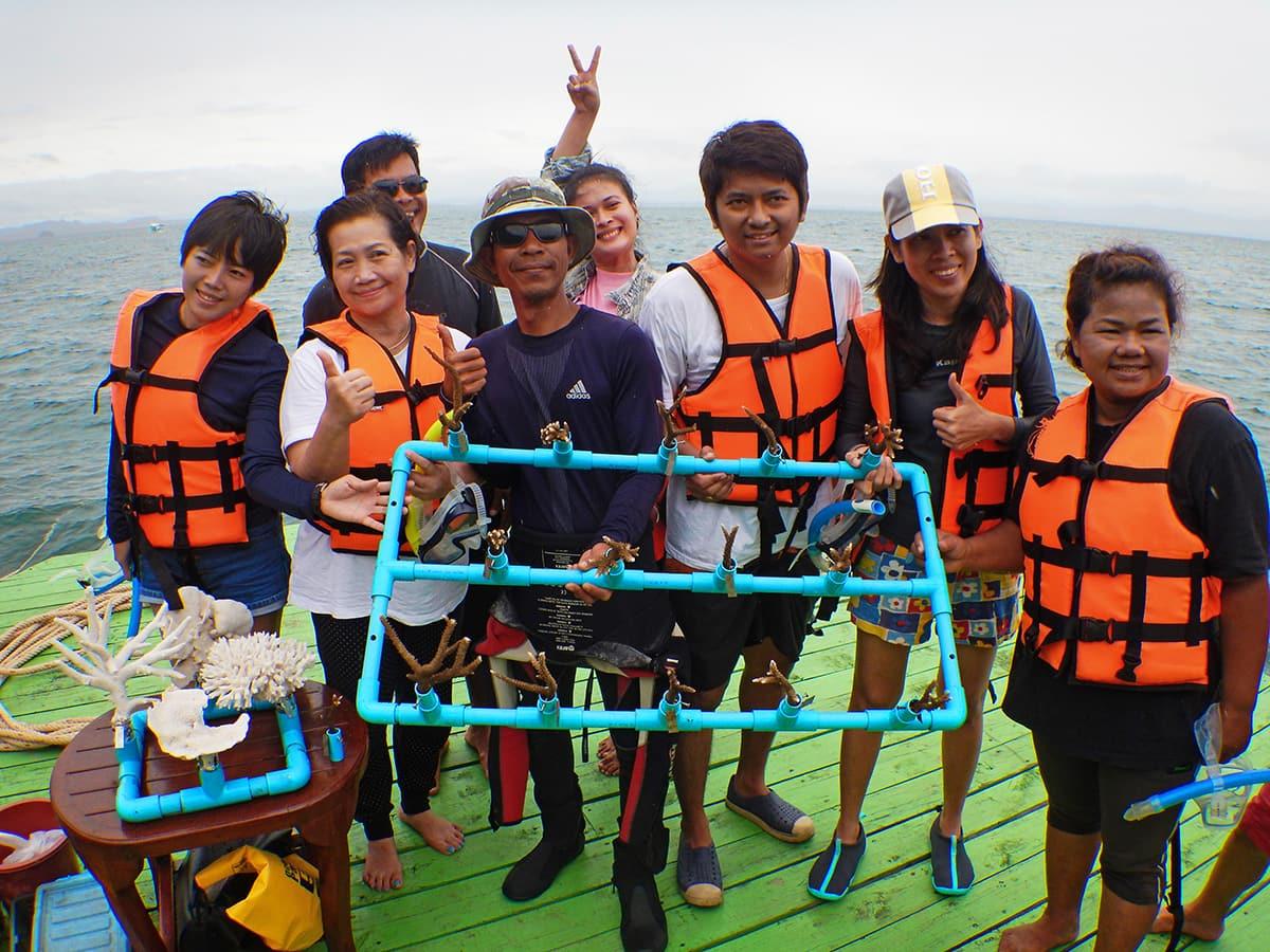 Stekjes koraal uitzetten op Koh Talu in Thailand