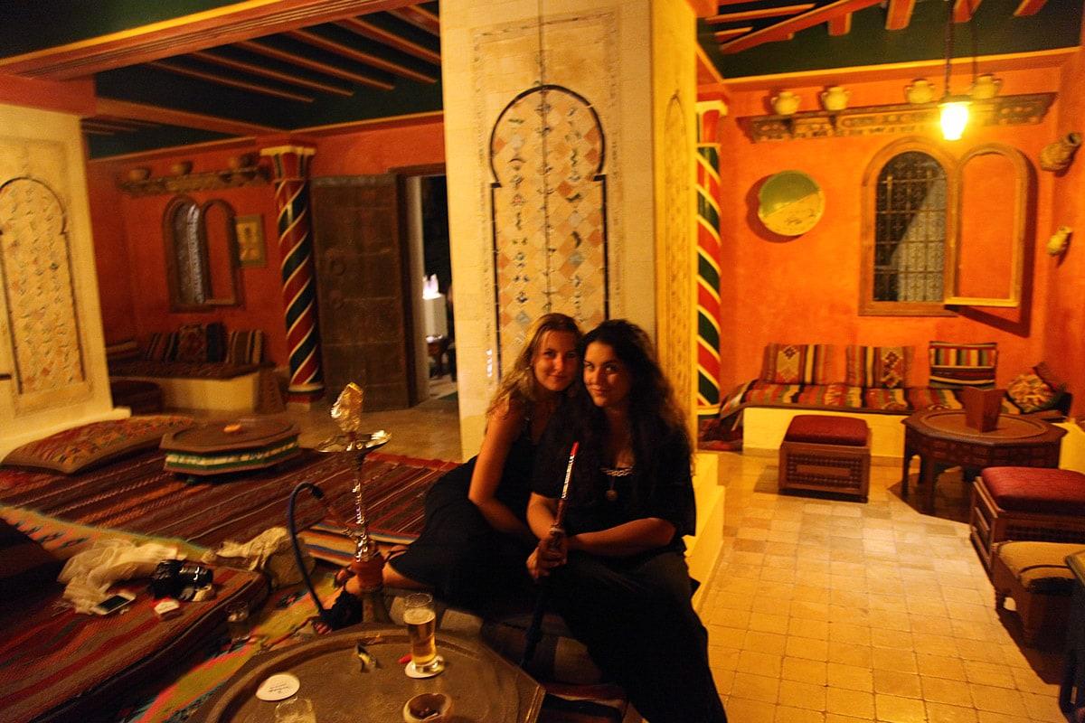 Henriette en ik in een Tunesisch theehuis