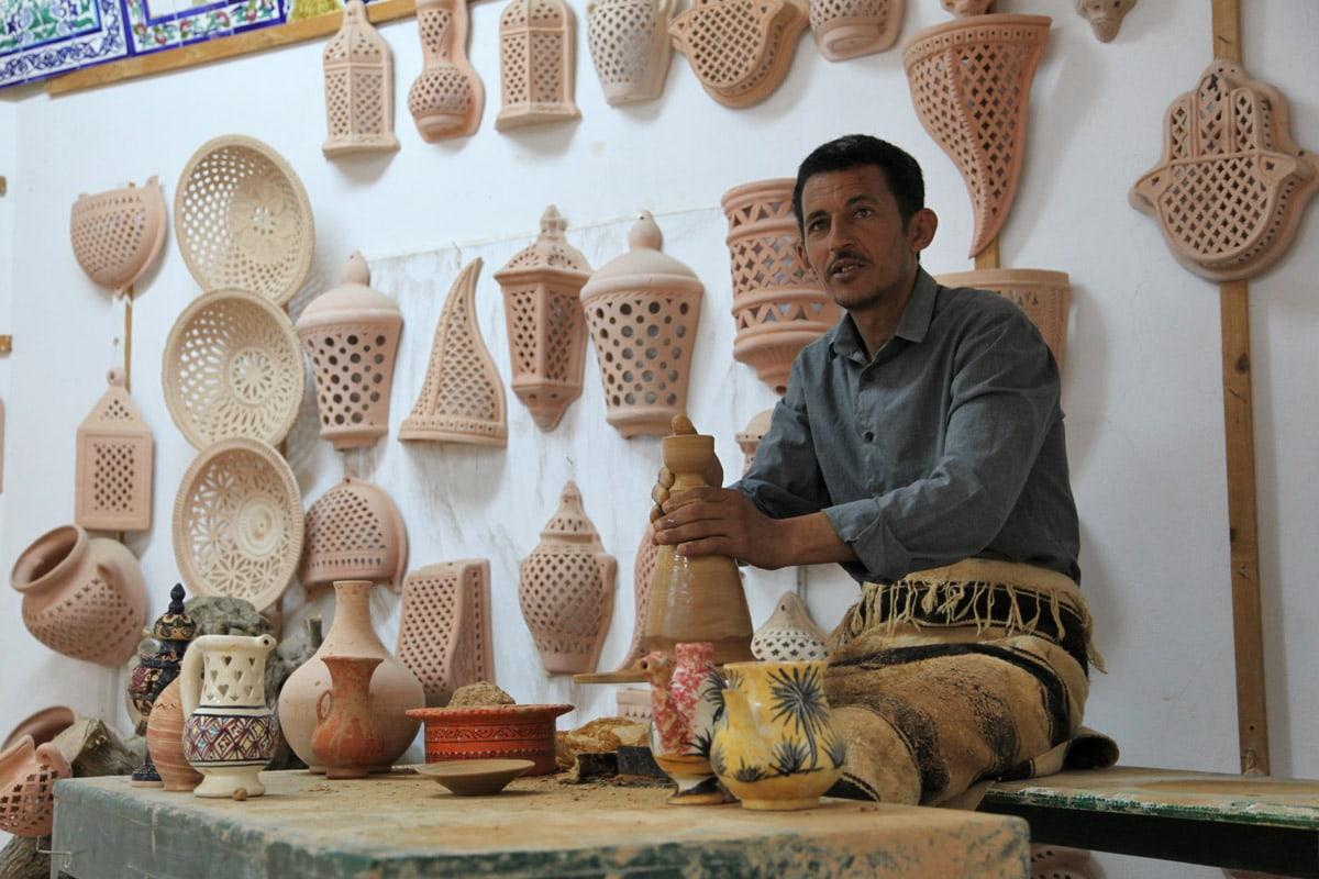 Pottenbakker in Guallela, Tunesië