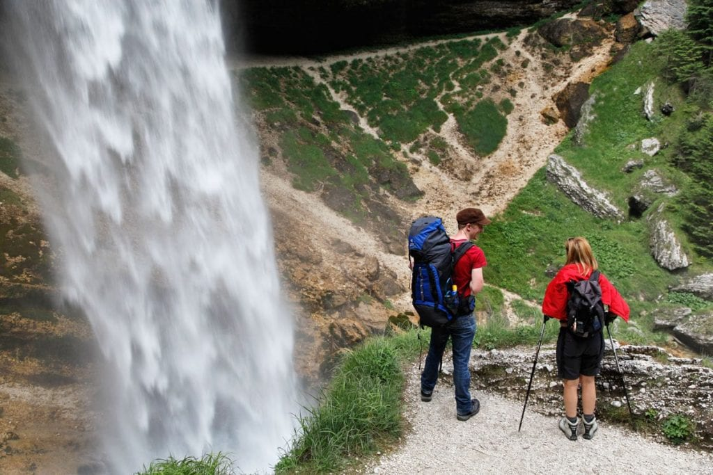 Hikers bij de Peričnik waterval in Slovenië