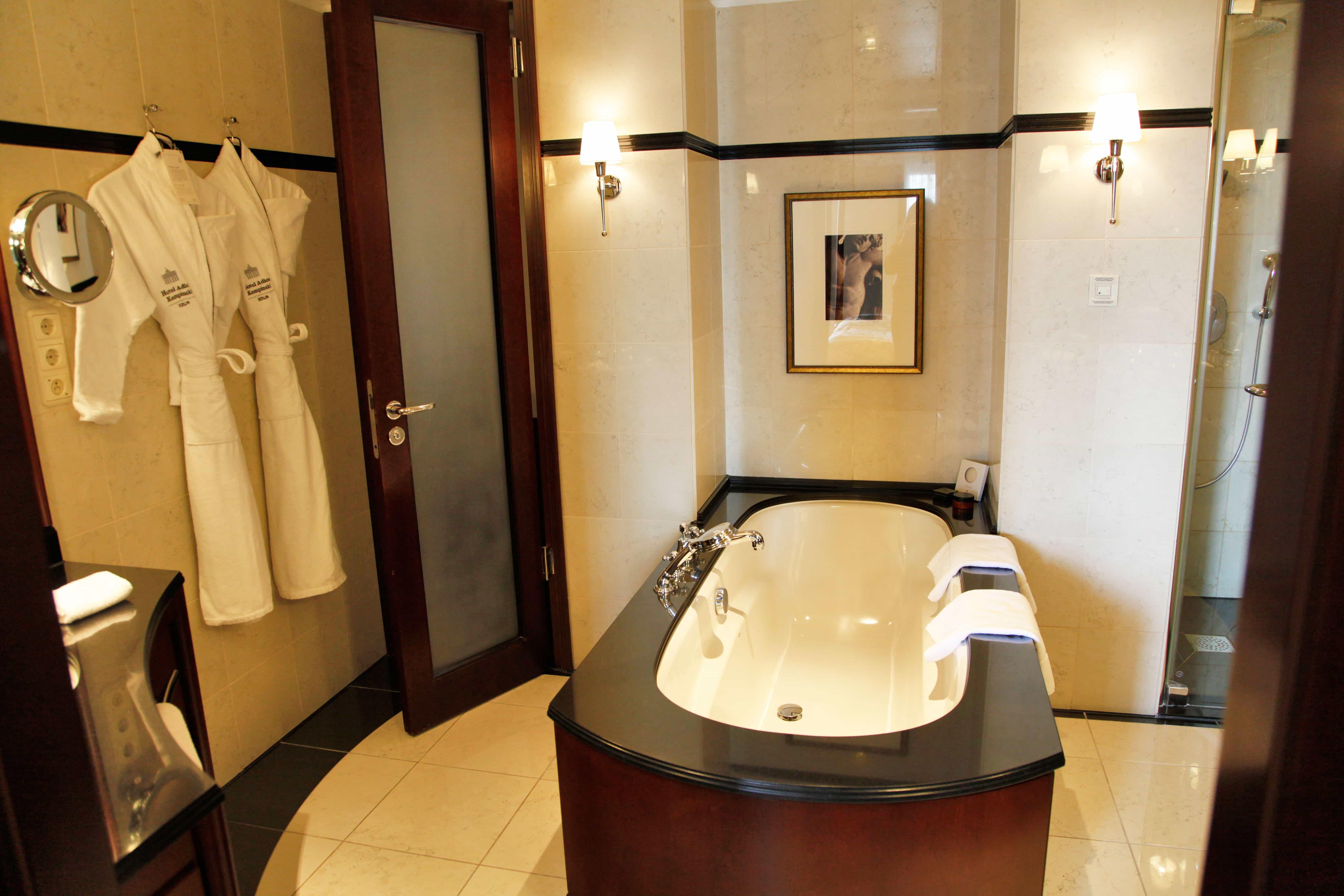Adlon kempinski hotel review slapen in een suite van 12000 euro - Kamer van rustieke chic badkamer ...