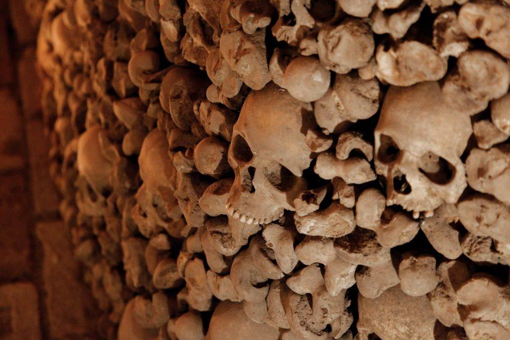 Schedels in Ossuarium van Brno