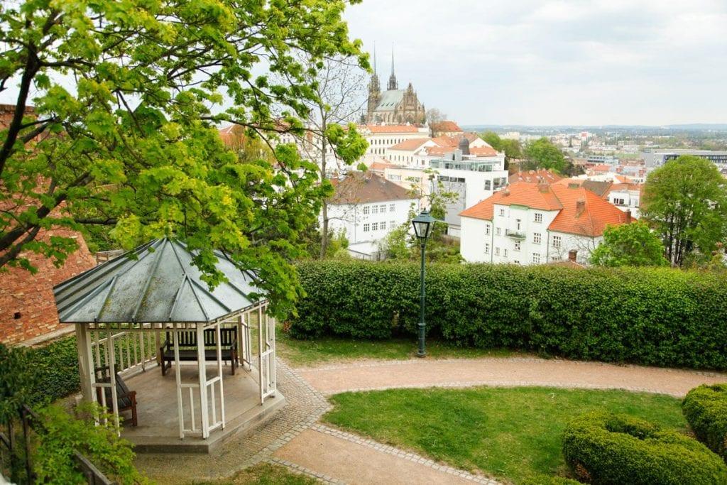 Tuinen in het park rondom kasteel Spilberk in Tsjechie