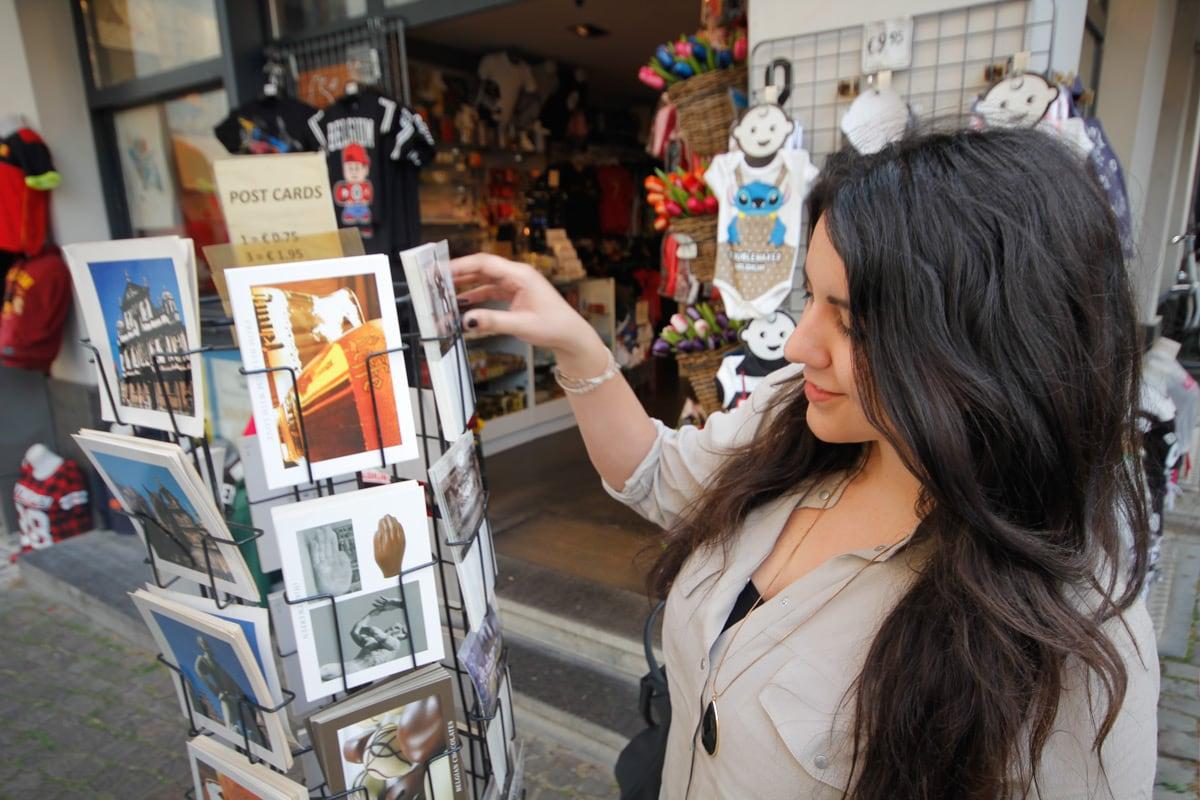 Bij een souvenirwinkeltje op de Grote Markt