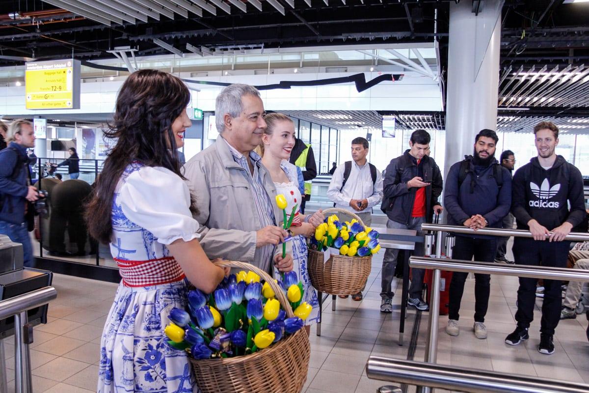 Eerste passagier nieuwe lijnvlucht Amsterdam Bangalore