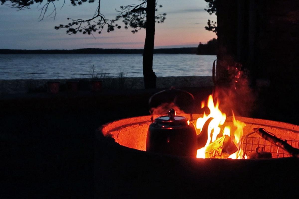 Barbecuen bij het kampvuur in Finland