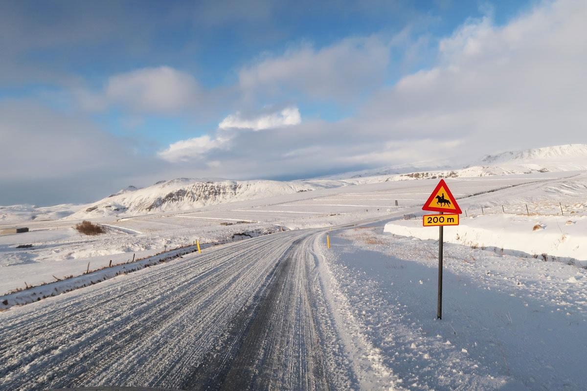 De gladde wegen in IJsland