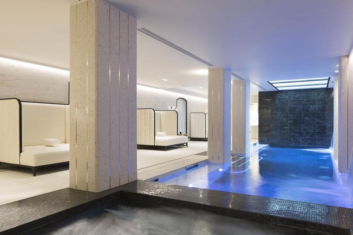 Luxe hotel met zwembad in parijs
