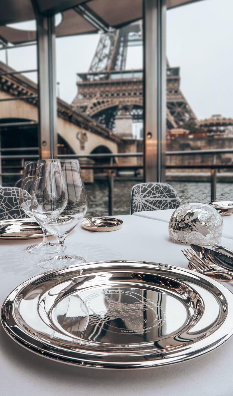 Restaurant op de Seine in Parijs