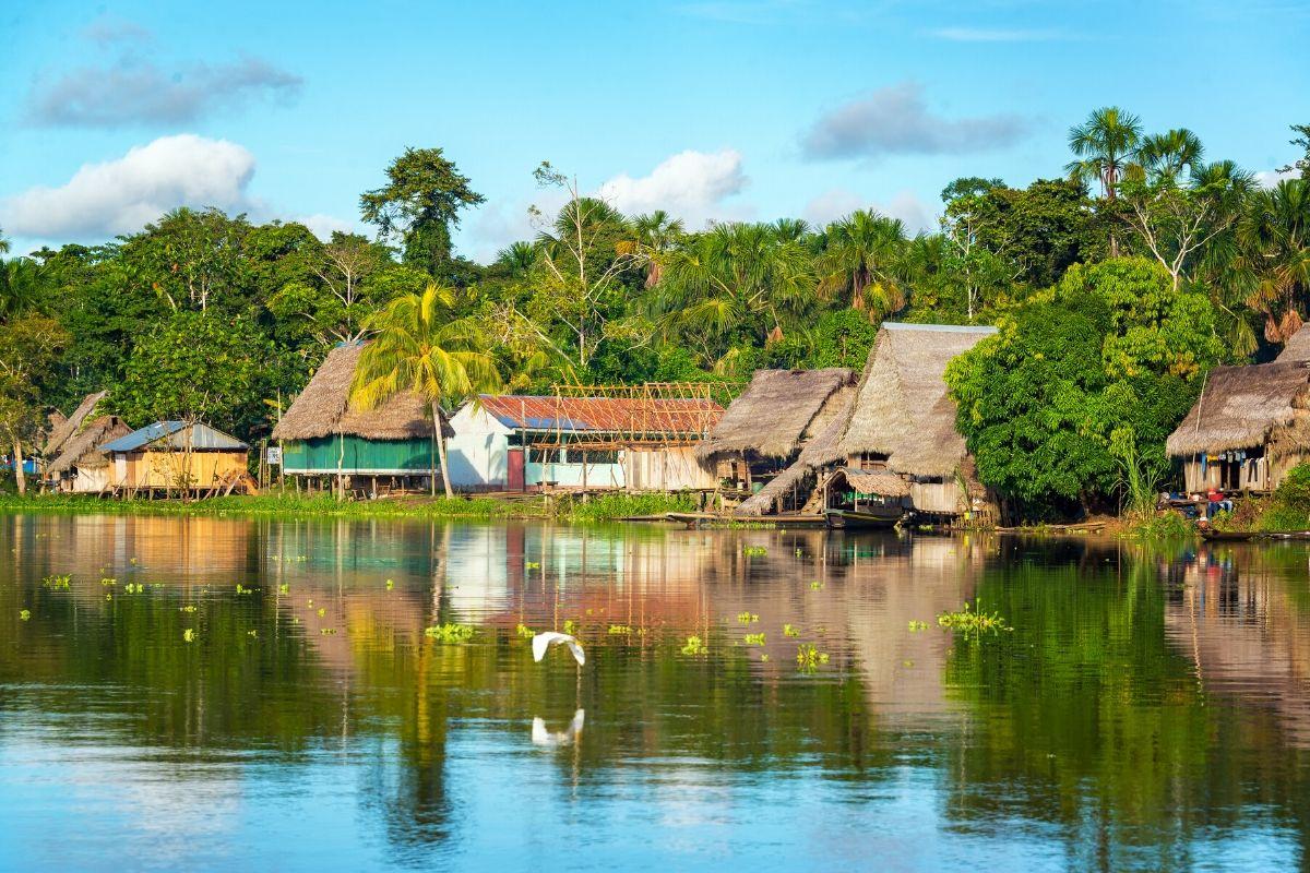 Dorpje aan een rivier in de Amazone bij Peru