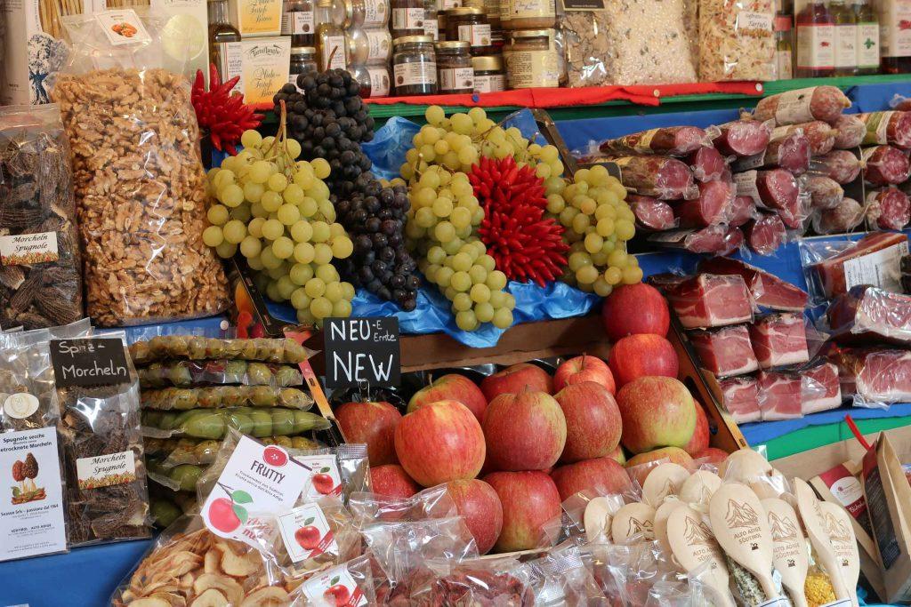 Eten en drinken op de markt van Merano in Zuid Tirol