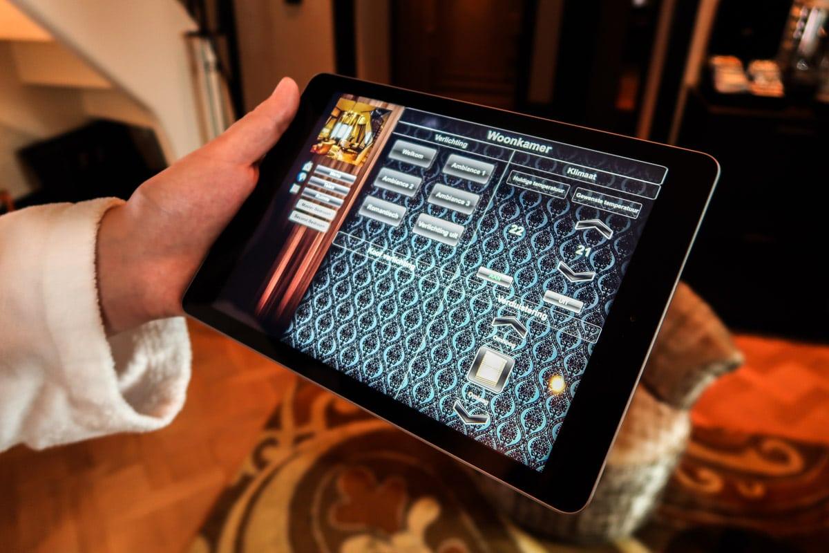 hotelkamer met tablet bestuursysteem