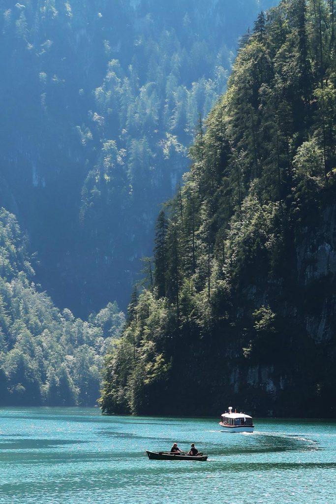 Bootjes op het Königssee meer in Duitsland